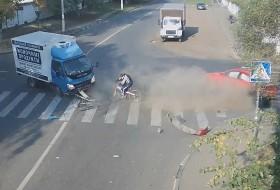 baleset, bicikli, mazda3, oroszország, teherautó, videó