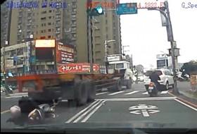 baleset, kamion, motor, robogó, teherautó, videó