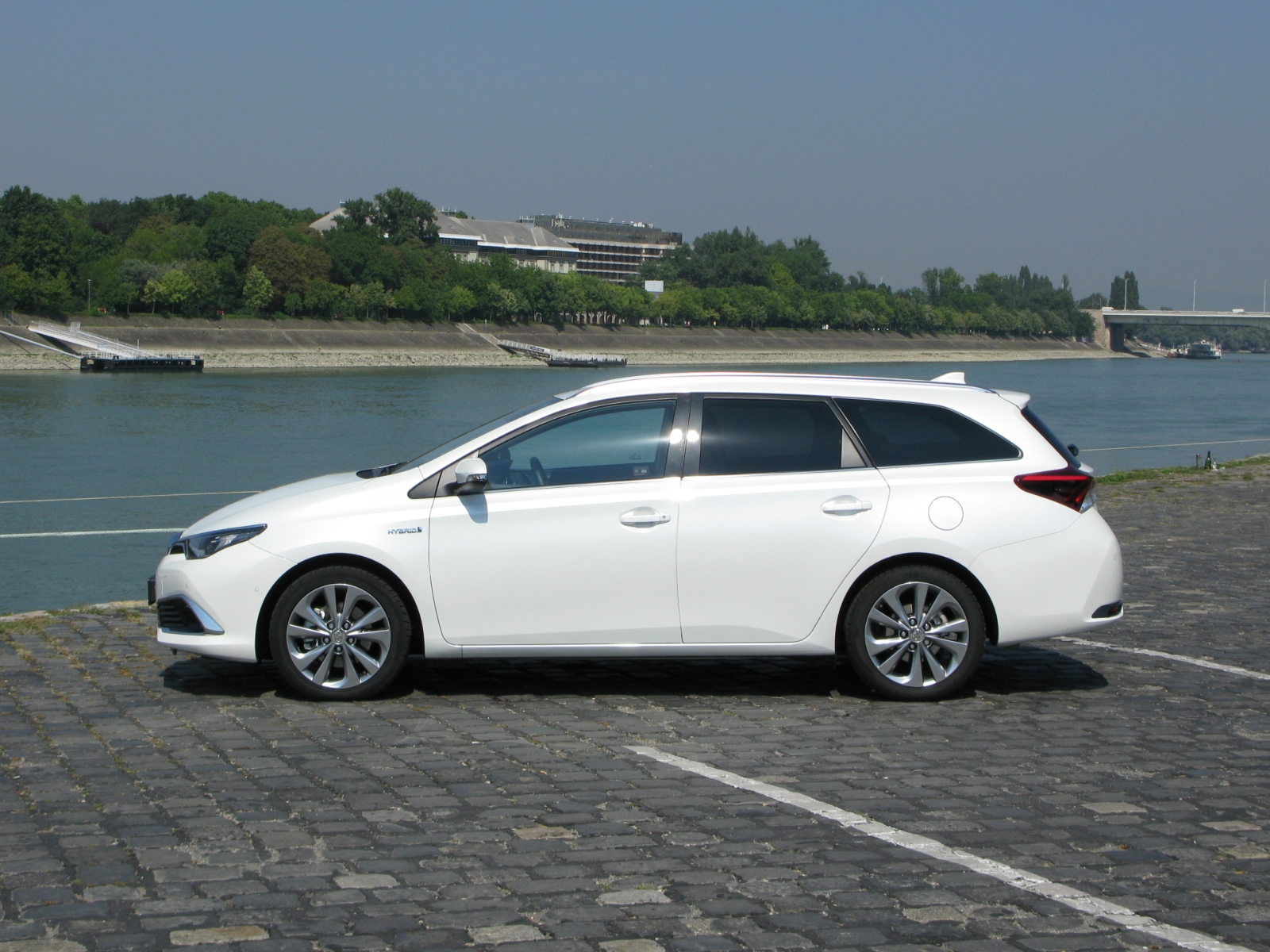 toyota auris hybrid touring sports executive tss. Black Bedroom Furniture Sets. Home Design Ideas