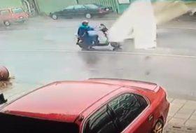 baleset, motor, robogó, videó, vihar
