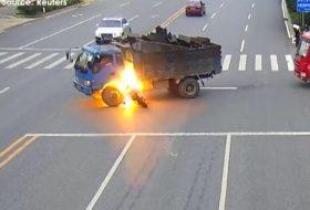 baleset, kína, motor, teherautó, tűz, videó