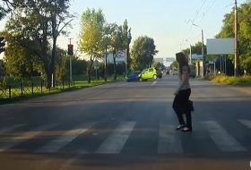 autóbaleset, gyalogos, oroszország, piros lámpa, videó