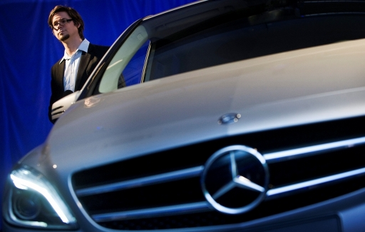 Németh Gábor, a stuttgarti Daimler konszern designcsapatának tagja, a B-osztályú autó egyik megálmodója áll a jármú mellett