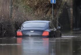 árvíz, bentley, luxusautó, videó