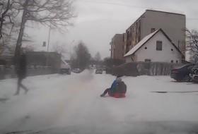 baleset, csúszásveszély, hó, tél, videó