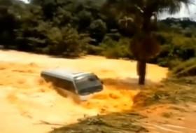 árvíz, busz, videó