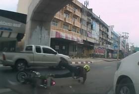 autós videó, baleset, motoros, thaiföld, toyota, yaris