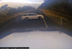 ausztrália, autópálya, baleset, előzés, kamion, videó
