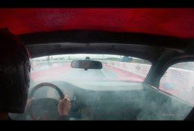 egyedi autó, gumifüstölés, gyorsulási verseny, porsche, tesla, videó