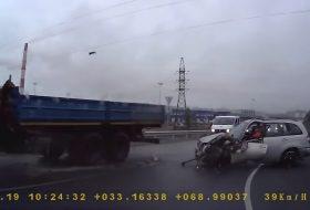baleset, oroszország, teherautó, toyota, új rav4, videó