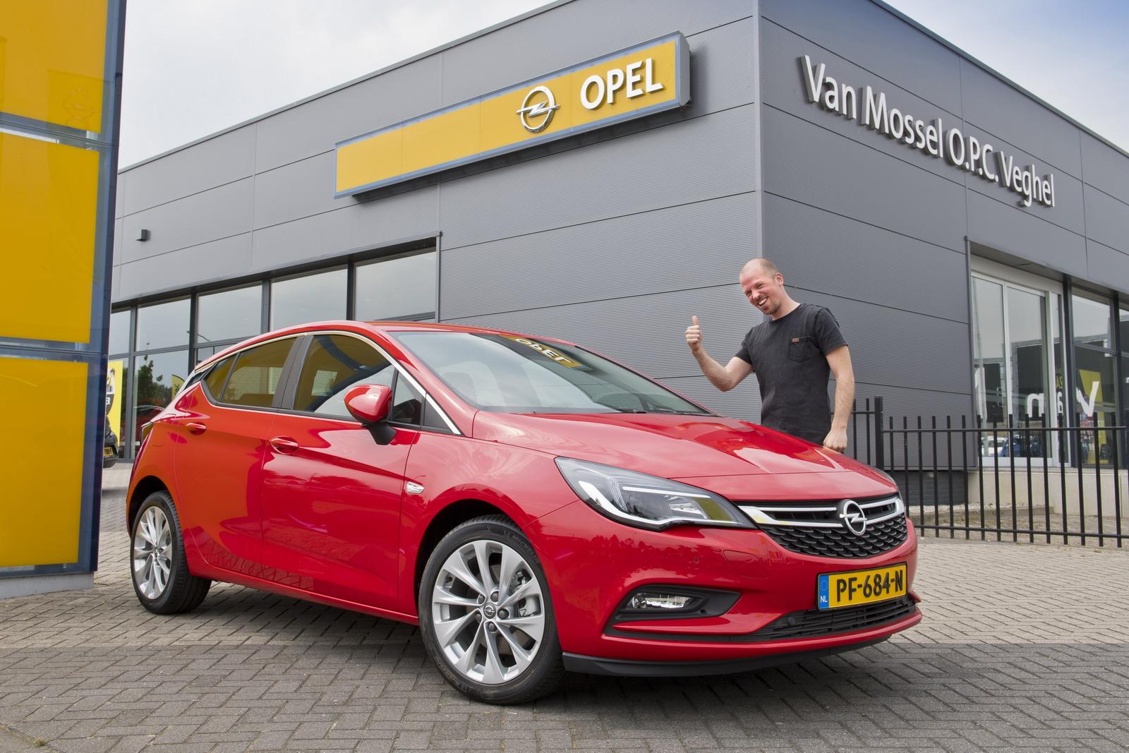 A nap képe: A világ első, nézettségből vásárolt autója – Opel Astra pókember