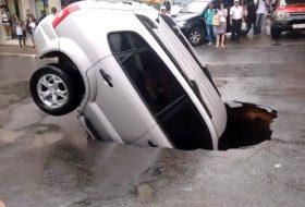 árvíz, baleset, hyundai, kátyú, terepjáró, videó