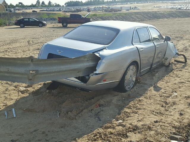 Felnyársalta a szalagkorlát a Bentley Mulsanne-t