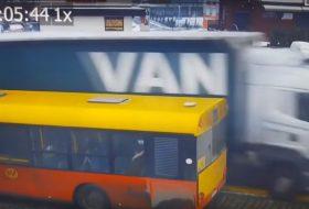 autóbusz, baleset, kamera, kamion, lengyel, rendőrség