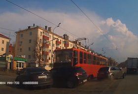 autóbaleset, autós videó, oroszország, villamos