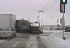 amerika, autóbaleset, csúszásveszély, hó, kamion, pov video, rendőrautó