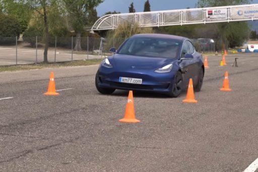 autós videó, jávorszarvas-teszt, közlekedésbiztonság, model 3, szlalom, új tesla