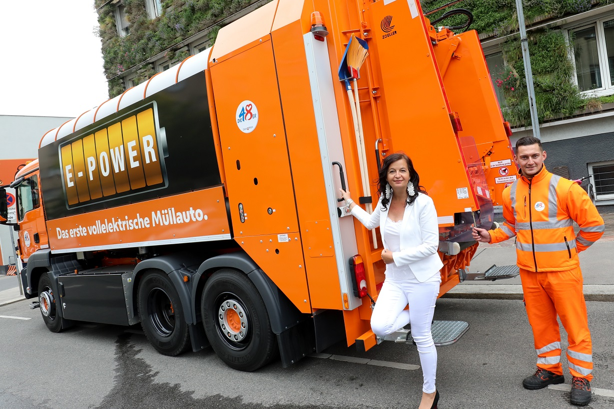 Ulli Sima környezetvédelmi városi tanácsnok bemutatja az első teljesen elektromos kukásautót Bécsben © PID/Christian Fürthner