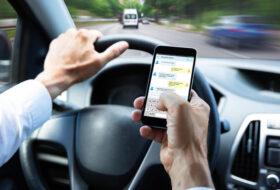 autóvezetés, kerékpár, közlekedés, mikromobilitás, okostelefon, roller, veszély