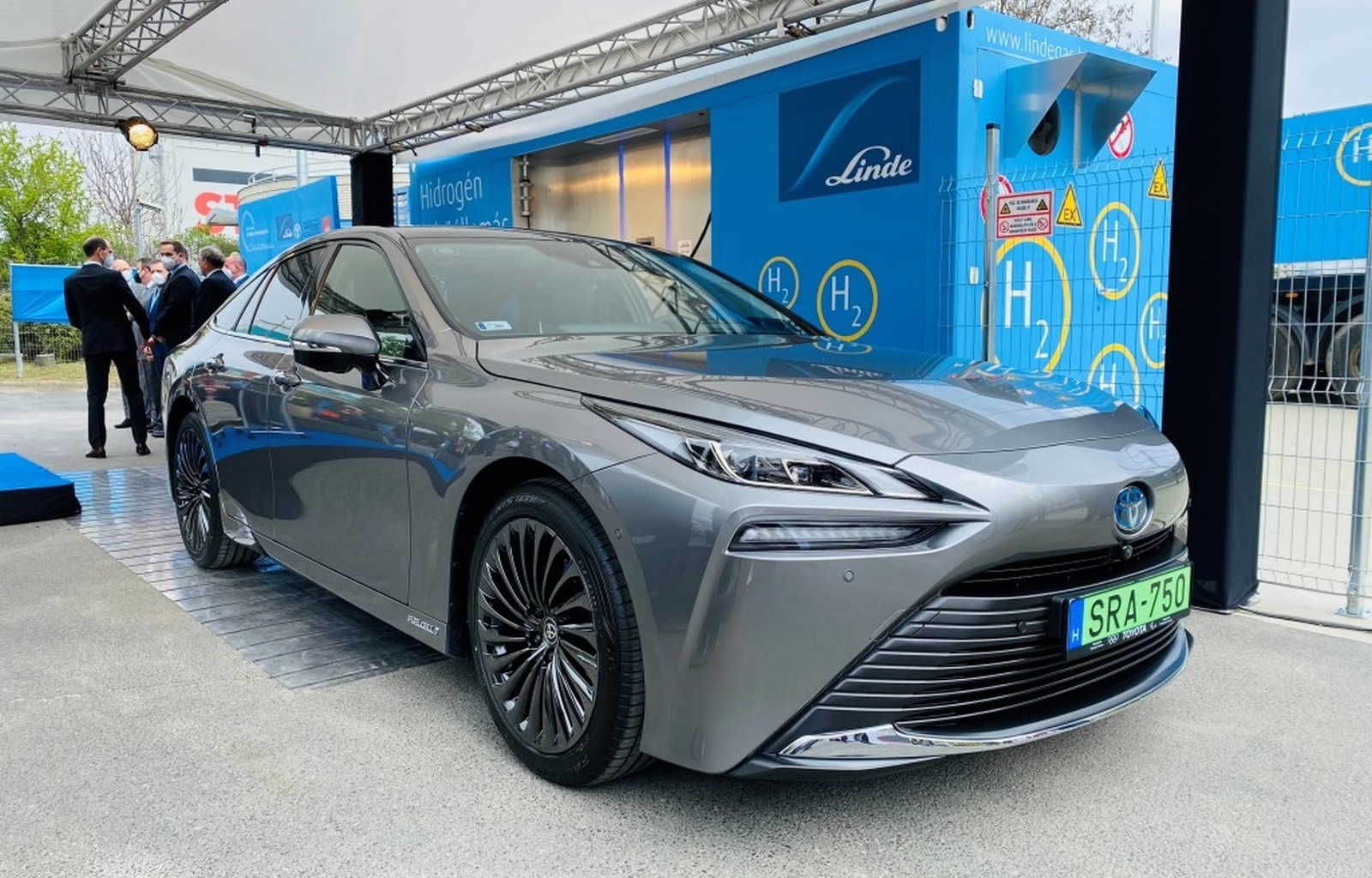 Toyota Mirai az első magyar hidrogénkúton