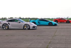 488 pista, 911 turbo s, autós videó, aventador sv, carwow, gyorsulási verseny, porsche 911, tuning, új ferrari, új lamborghini