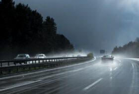 abroncs, aquaplaning, autópálya, biztonság, eső, esőzés, profilmélység, vízen futás